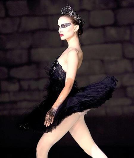 Bộ váy thiên nga đen của Natalie Portman trong tác phẩm cùng tên không chỉ xứng đáng là một kiệt tác của điện ảnh mà còn là kiệt tác của nền vũ kịch ballet