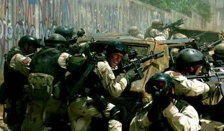 """Dựa trên câu chuyện có thật liên quan đến sự can thiệp quân sự của Mỹ vào Somalia đầu thập niên 90, """"Black hawk down"""" lấy bối cảnh đất nước Somalia điêu tàn chìm trong khói lửa vì nội chiến. Để đánh tan lực lượng của Mohamed Farrah Aidid đang chiếm giữ thủ đô Mogadishu, Mỹ đã tiến hành một chiến dịch đổ bộ vào Mogadishu bằng máy bay trực thăng với sự yểm trợ của thiết giáp nhưng chẳng ngờ đó lại chính là khởi đầu cho một cơn ác mộng."""