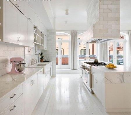 Căn bếp đơn sắc thực sự là một điểm nhấn khó quên của căn hộ