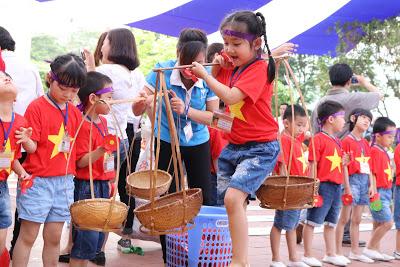 Dù nhỏ nhưng các bé vẫn hoàn thành các trò chơi một cách khéo léo và xuất sắc.