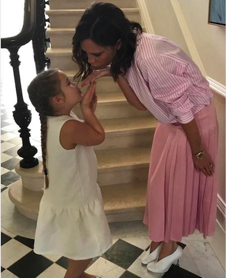 Hai mẹ con Victoria cùng tặng cho David Beckham những nụ hôn ngọt ngào