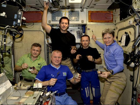 Những bức ảnh ngộ nghĩnh về cuộc sống của các phi hành gia trong không gian - 6