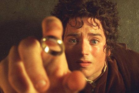 """Dựa trên thiên tiểu thuyết kiệt xuất của nhà văn J. R. R. Tolkien, """"The lord of the rings"""" thực sự là một khúc tráng ca bằng ngôn ngữ điện ảnh vừa đen tối vừa dữ dội với từng khoảnh khắc giao tranh nghẹt thở giữa ánh sáng và bóng tối, giữa cái thiện và cái ác. """"The lord of the rings"""" không chỉ gặt hái được vô số giải thưởng mà còn chính thức mở ra một thế giới huyền ảo thần tiên mới cho điện ảnh với nhiều giống loài như người, người lùn, tiên, pháp sư, yêu tinh…"""