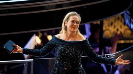 """Hồi năm 1976, Meryl Streep vẫn chưa phải là ngôi sao thành công bậc nhất Hollywood như hiện tại. Và khi tham gia vào buổi thử vai cho phim """"King Kong"""" của nhà sản xuất người Ý Dino De Laurentiis, Meryl Streep đã có một trải nghiệm hết sức khó quên: """"Tôi bước vào và con trai ông ta cũng ở đó, đang rất vui mừng vì chính anh ta đã mang tới một diễn viên mới như tôi. Và rồi ông bố đã nói với anh ta, bằng tiếng Ý, và tôi hiểu được tiếng Ý, ông ta đã nói: """"Sao con lại mang tới cho bố cái thứ xấu xí này?"""". Và cực kì điềm tĩnh đối với một cô gái trẻ, tôi đã nói với ông ta rằng: """"Tôi hiểu những gì ông đang nói. Tôi xin lỗi vì không đủ xinh đẹp để đóng King Kong""""""""."""