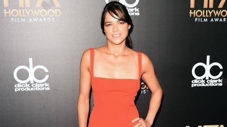 """Nhiều fan hâm mộ đã rất bất ngờ khi phát hiện ra rằng Michelle Rodriguez từng muốn từ bỏ vai diễn tiếng tăm Letty Ortiz trong """"The Fast and the Furious"""" vì không hài lòng với kịch bản phim. Cụ thể, Rodriguez cảm thấy việc nhân vật Letty phản bội tình yêu đích thực của mình, Dom để ngã lòng vào cảnh sát ngầm Brian là hết sức vô lý. Chính vì vậy, nữ diễn viên này đã thẳng thắn tuyên bố với nhà sản xuất rằng mình sẽ bỏ vai. Rất may mắn là sau đó, cốt truyện đã được điều chỉnh theo cách nhìn của Michelle Rodriguez và hẳn các khán giả cũng nhận ra rằng sự thay đổi này đã góp phần làm nên thành công to lớn đến nhường nào cho """"The Fast and the Furious""""."""