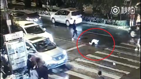 Người phụ nữ bị xe cán 2 lần, không ai quan tâm - 7