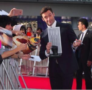 Hugh Jackman tự hào chụp hình với chính bộ vuốt của mình