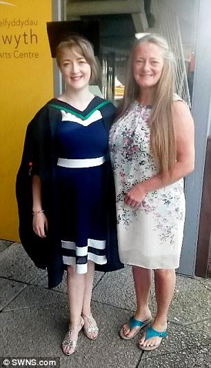 Jones và mẹ trong ngày lễ tốt nghiệp đại học.