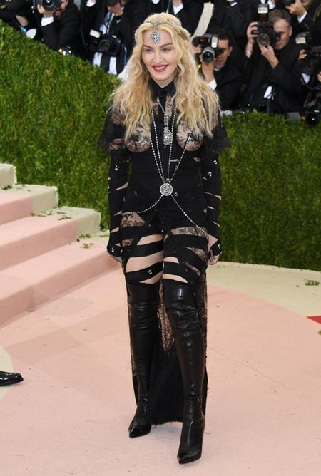 Không chỉ khoe được vẻ gợi cảm, bốc lửa, bộ trang phục mà Madonna mặc tại Met Gala 2016 còn là lời phát ngôn mạnh mẽ đấu tranh cho nữ quyền