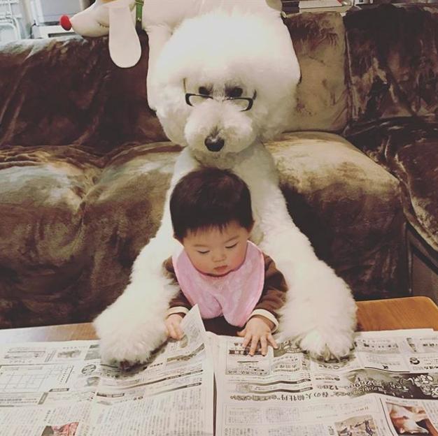 Hai bé cùng nhau đọc báo nào!