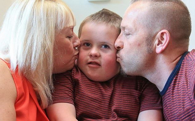 Dù mắc chứng Down bẩm sinh, cậu bé vẫn nhận được đầy đủ tình yêu của cả cha và mẹ