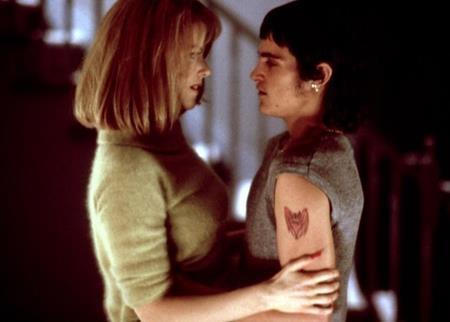 """Dựa trên một sự kiện có thật, """"To die for"""" (1995) chứng kiến mối tình lệch tuổi đầy sai trái và tội lỗi giữa người phụ nữ đã có chồng Suzanne Stone (Nicole Kidman đóng) và cậu học sinh trung học Jimmy (Joaquin Phoenix đóng). Một điều khá đáng chú ý là Nicole Kidman hơn bạn diễn của mình tới 7 tuổi."""