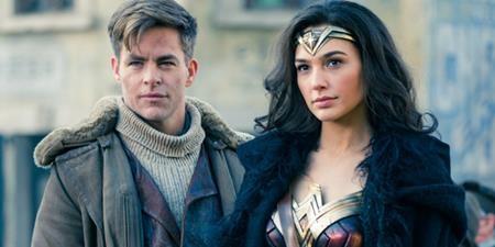 Là một siêu anh hùng có nguồn gốc thần thánh nhưng Wonder Woman lại phải lòng một người trần mắt thịt là chàng điệp viên Steve Trevor. Tuy vậy, mối tình này đã kết thúc bi thảm khi Steve Trevor tử nạn trong một nụ nổ máy bay và để lại cho nàng công chúa Diana vô vàn tiếc thương.