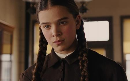 """Hailee Steinfeld cũng đã nhận được một đề cử Oscar khi vẫn còn ở độ tuổi niên thiếu với vai diễn Mattie Ross trong phim """"True grit"""" (2010). Màn trình diễn đầy xuất sắc của Hailee thậm chí đã khiến nhiều khán giả hoàn toàn quên mất sự thật rằng Hailee khi ấy chỉ mới là một cô bé 14 tuổi."""