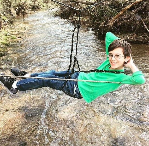 Dùng dây thừng làm võng giữa dòng nước siết