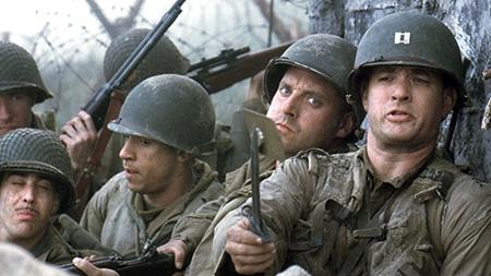 """""""Saving private Ryan"""" (1998) là bộ phim lấy bối cảnh chiến tranh thế giới thứ hai với nội dung chính kể về một đội biệt kích Mỹ do đại úy John H. Miller dẫn đầu đang cố gắng giải cứu binh nhì James Francis Ryan bị kẹt trong căn cứ địch. Cốt truyện nhân văn, bối cảnh lịch sử hùng tráng cùng diễn xuất tuyệt vời của dàn diễn viên đã giúp """"Saving private Ryan"""" trở thành một trong những bộ phim hay nhất về tình đồng đội, tình yêu nước."""