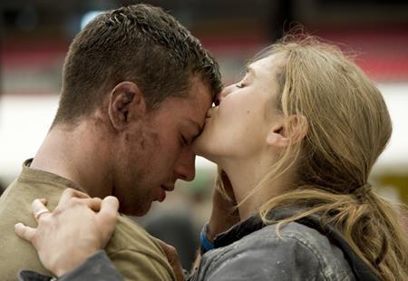 """Trước khi trở thành cặp chị em song sinh Scarlet Witch - Quicksilver trong """"Avengers 2"""", Elizabeth Olsen và Aaron Taylor-Johnson từng yêu đương thắm thiết trong bộ phim """"Godzilla"""" (2014)"""