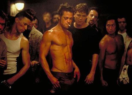 """Nhà văn Chuck Palahniuk đã viết """"Fight club"""" từ năm 1996 nhưng phải đợi tới khi David Fincher chuyển thể lên màn ảnh rộng và thổi một luồng sinh khí hoàn toàn mới vào tác phẩm này thì """"Fight club"""" mới thực sự làm bùng nổ các khán giả trên toàn cầu."""