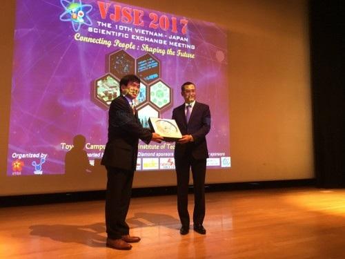 Thứ trưởng Phạm Đại Dương (phải) trao quà lưu niệm cho GS. Murakami (ảnh: Quang Đức).