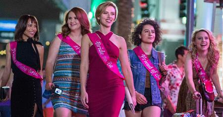 """Dở: """"Rough Night"""" từng bị so sánh nhiều với """"Girls trip"""" do ra mắt cùng thời điểm. Tuy nhiên, cách gây cười dễ dàng cùng các tình huống thiếu hợp lí đã khiến bộ phim này lãng phí cả một dàn sao """"khủng"""" như Scarlett Johansson, Kate McKinnon hay Zoë Kravitz."""