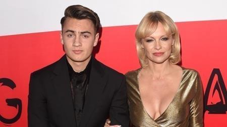 """Brandon Thomas Lee cũng là """"sản phẩm"""" kết hợp hoàn hảo của Tommy Lee và Pamela Anderson. Với ngoại hình đẹp như tạc, Brandon đã nhanh chóng lọt vào tầm mắt của các nhãn hàng và từng tham gia một chiến dịch quảng cáo của Dolce & Gabbana."""