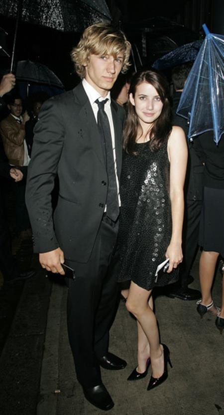 """Emma Roberts đã có một quãng thời gian hẹn hò với Alex Pettyfer, người bạn diễn trong phim """"Wild child"""". Mối tình bí mật này từng rất đam mê, say đắm và Alex thậm chí đã xăm tên của Emma lên ngón tay đeo nhẫn."""