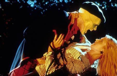 """Cameron Diaz đã có một màn ra mắt thành công với vai diễn Tina Carlyle trong """"The mask"""". Tuy nhiên, ít ai biết rằng nữ diễn viên này đã phải thử vai tới 12 lần mà chỉ được chọn trước thời điểm phim bấm máy vỏn vẹn 7 ngày."""