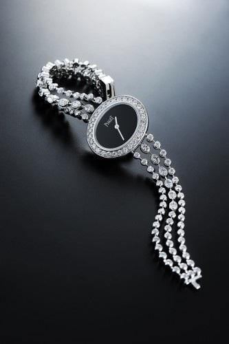 Cũng thuộc dòng Limelight Diamonds, một thiết kế khác đơn giản và tinh tế, mặt số hình bầu dục sơn mài đen tạo hiệu ứng đối lập với viền kim cương và dây đeo vàng trắng đính 12 viên kim cương oval, 90 viên kim cương tròn, mang lại một tổng thể thanh lịch không gì sánh nổi.