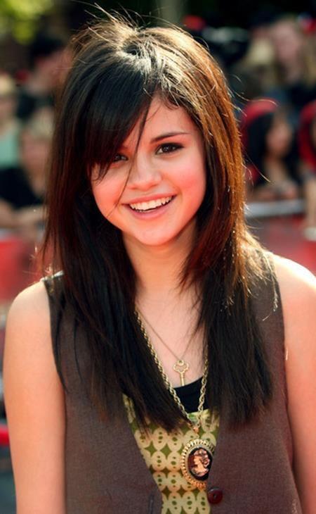 """Trước khi tập trung theo đuổi sự nghiệp âm nhạc, Selena Gomez từng là một nàng công chúa tuổi teen nổi tiếng dưới mái nhà Disney. Và vai diễn cô phù thủy Alex Russo trong """"Wizards of Waverly place"""" từng đem về cho Selena 25.000 đô la Mỹ/tập phim."""