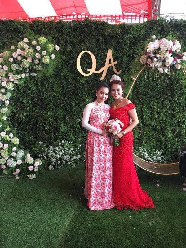 Ca sỹ Cẩm Ly chụp với cô dâu trong lễ cưới. Ảnh: P.Q