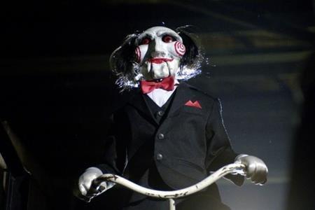 """Ra mắt lần đầu vào năm 2004, """"Saw"""" nhanh chóng phát triển thành một thương hiệu kinh dị ăn khách với con át chủ bài chính là búp bê Billy."""