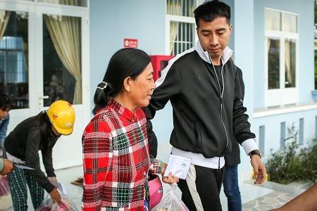 Là một người con của mảnh đất miền Trung, nhạc sĩ Only C rất đồng cảm, chia sẻ với những khó khăn, mất mát sau bão của người dân huyện Vạn Ninh.