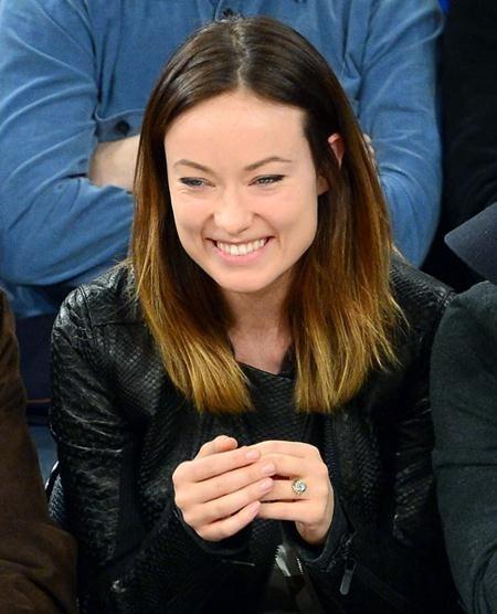 Nam tài tử Jason Sudeikis đã lựa chọn một chiếc nhẫn 6 carat ngọc lục bảo để cầu hôn Olivia Wilde
