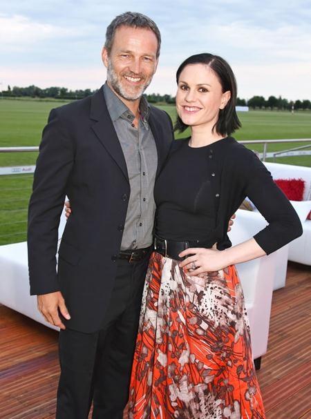 """Gặp gỡ và yêu nhau trên phim trường của """"True blood"""", Stephen Moyer và Anna Paquin đã làm đám cưới với nhau hồi năm 2010 bất chấp chuyện chàng hơn nàng tới 13 tuổi"""