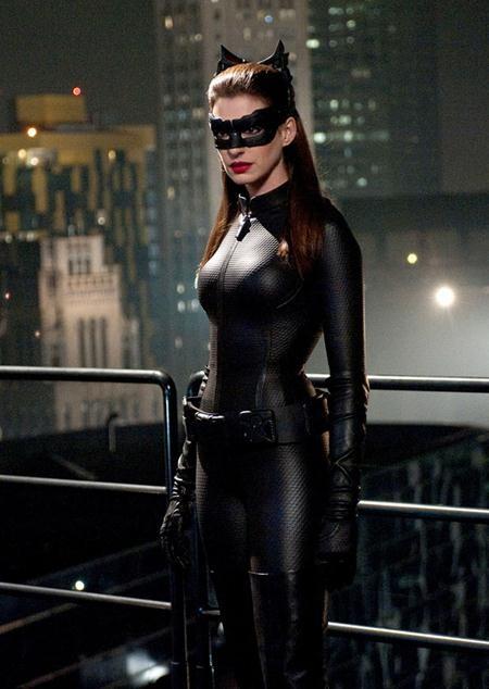 """Trong tác phẩm """"The dark knight rises"""", Anne Hathaway đã vào vai Miêu nữ, kẻ thù song cũng là người tình quyến rũ của Người Dơi."""