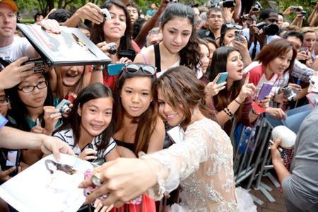 Ở góc độ nào, hoàn cảnh nào, Selena Gomez cũng thể hiện một thái độ vui vẻ, tích cực khi chụp ảnh cùng các fan