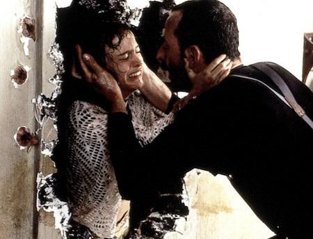 """Ngay với bộ phim đầu tay """"The Professional"""", nữ diễn viên Natalie Portman đã cho thấy khả năng diễn xuất hết sức tuyệt vời. Cùng với người bạn diễn Jean Reno, Natalie Portman đã đưa người xem đi hết từ cung bậc cảm xúc này đến cung bậc cảm xúc khác. Sợ hãi, kinh hoàng, đau thương, thống thiết và cũng ngập tràn tiếc nuối, """"The Professional"""" luôn xứng đáng có mặt trong top những bộ phim điện ảnh hay nhất mọi thời đại."""