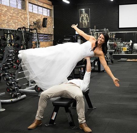 Jake 32 tuổi và Hannah Willshire 25 tuổi đã chụp ảnh cưới trong vỏn vẹn 20 phút