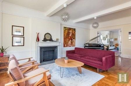 Phòng khách chính của căn hộ quá đỗi sang trọng và cổ điển