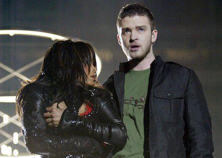 Tại sân khấu Superbowl năm 2004, Janet Jackson đã dính phải một sự cố lộ hàng để đời. Khi Janet Jackson đang song ca cùng Justin Timberlake thì chàng ca sĩ, theo kịch bản, đã kéo áo đàn chị nhưng vô tình khiến áo của Janet bị rách một mảng lớn ngay trước ngực và kết quả, cả bầu ngực của Janet đã bị lộ trong khi đây là chương trình phát sóng trực tiếp. Sau đó, ban tổ chức và cả hai ngôi sao đều đã phải lên tiếng xin lỗi khán giả xem đài.