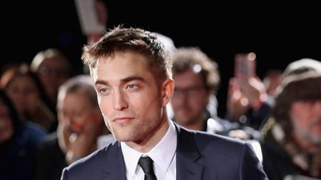 """Khi đến thử vai cho bộ phim """"Transformers 2"""", Robert Pattinson đã nói giọng Mỹ và cho rằng: """"Tôi nghĩ tôi sẽ rất thú vị. Tôi nói tôi đến từ một nơi nào đó ở Mỹ, vì tôi luôn nghĩ rằng nếu tôi nói mình là người Anh thì họ sẽ phán xét chất giọng Mỹ của tôi""""."""