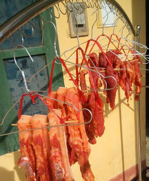 Thịt ba chỉ một nắng được biến tấu thêm các loại gia vị để thêm hấp dẫn.
