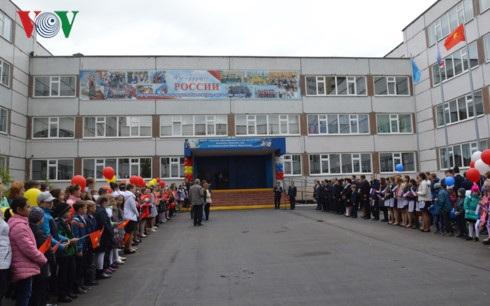 Trường phổ thông trung học số 76 cũ đổi tên thành trường phổ thông trung học Hồ Chí Minh.