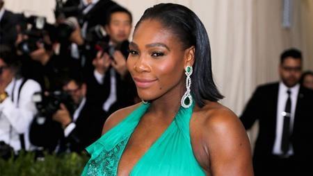 Bà bầu Serena Willams cũng không hề thua kém khi xuất hiện tại Met Gala với đôi hoa tai ngọc lục bảo rất bắt mắt