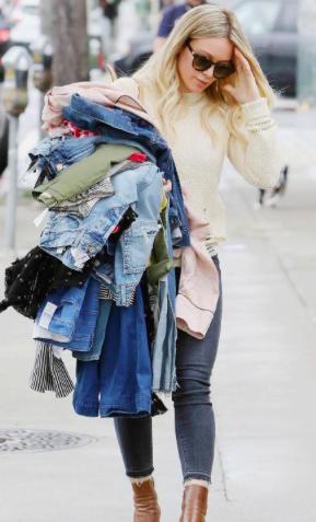 Thay vì chưng diện ra đường, Hilary Duff lại chọn cách bê nguyên cả núi đồ trên tay mà không lo cực nhọc