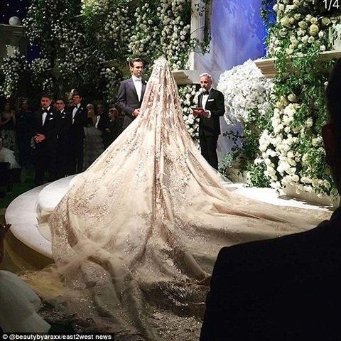 Cô dâu khoác bộ váy cưới lộng lẫy