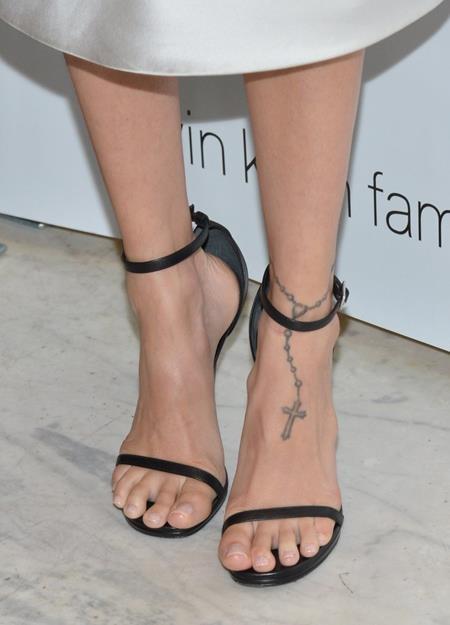 Hình xăm dây chuyền cây thánh giá trên cổ chân Nicole Richie được đánh giá là hết sức mềm mại và thanh nhã