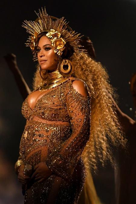 Peter Dundas đã tạo nên những bộ trang phục hết sức ấn tượng cho Beyoncé trên sân khấu Grammy 2017, không chỉ đúng với đẳng cắp của Queen Bey, bộ trang phục này còn giúp cho nữ ca sĩ khoe ra bụng bầu đang mang song thai theo cách hết sức tự nhiên