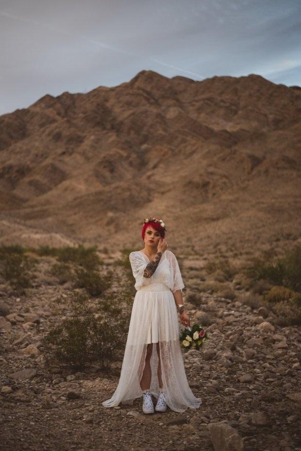 Thay vì giày cao gót, cô dâu chọn giày thể thao trong các bức hình cưới