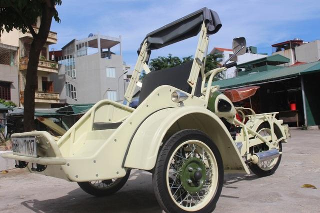 """Trong bộ sưu tập hàng trăm chiếc xe độc nhất vô nhị, chiếc xích lô được sản xuất từ năm 1938 có tuổi đời lâu nhất. Tay chơi xe nức tiếng chia sẻ: """"Có khá nhiều chiếc xe gặp được và tìm mua được là tình cờ, có thể đó là may mắn, nhưng phần nhiều là do cái duyên của người đam mê xe cổ""""."""